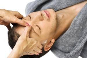 Acupressuur is onderdeel van acupunctuur en bestaat uit een diepe druk met de hand op een specifiek (meridiaan)punt in het lichaam ©tbel - Fotolia