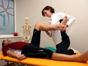 Klachten zoals pijn aan het bewegingsapparaat of verminderd kunnen bewegen probeert men door middel van fysiotherapie op te lossen ©Walter Luger - Fotolia