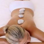 Hotstone massage is een massage met hete stenen in plaats van met de handen. De stenen hebben ongeveer een temperatuur van 45-50 graden Celsius. © scarletus - Fotolia