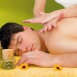 De masseur heeft een heel scale aan mogelijke massagetechnieken. Vaak is het fijn een massage te ondergaan. © Patrizia Tilly - Fotolia