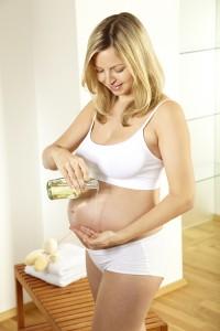 Door middel van zwangerschapsmassage kan de last van het zwanger zijn verlicht worden zodat je je weer ontspannen voelt en bijvoorbeeld rugpijn verlicht. © Hannes Eichinger