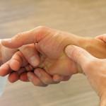 Handmassage kent veel voordelen; handmassage is gemakkelijk, snel uit te voeren en kan op veel plaatsen toegepast worden ©wildworx - Fotolia