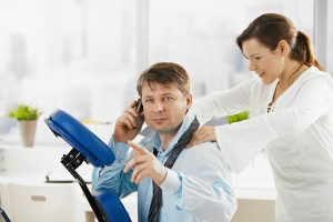 Door het aanbieden van een bedrijfsmassage kan een werkgever ervoor zorgen dat de motivatie en inzet van werknemers stijgt ©nyul - Fotolia