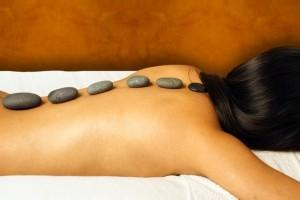 Bij de hot stone massage worden hete stenen op belangrijke aandachtspunten op de rug gelegd ©Eric Hatchell - Fotolia