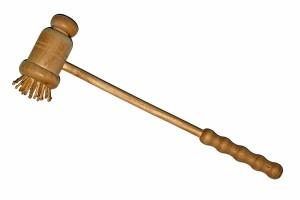 Massageborstel met grove houten pennen en gemakkelijke handgreep om de massageborstel vast te houden©hjschneider - Fotolia