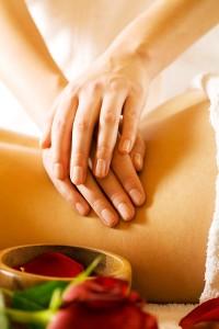 Op de buik en de lage onderrug gebruikt een masseur vaak de massagetechnieke cirkelen ©Kzenon - Fotolia
