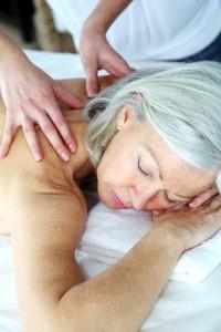 Naast ontspanning heeft senioren massage voor ouderen ook een sterk emotionele waarde ©goodluz - Fotolia