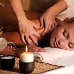 Bij de massagetechniek knijpen gebruikt de masseur beide handen.© VALUA VITALY