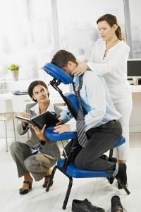 Een stoelmassage is bijvoorbeeld op uw werk ideaal om kort tussendoor toch even te ontspannen en uw productiviteit te verhogen. © nyul - Fotolia